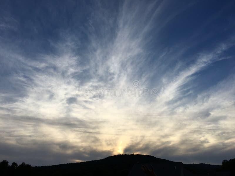 Sommarhimmelsolnedgång arkivbild