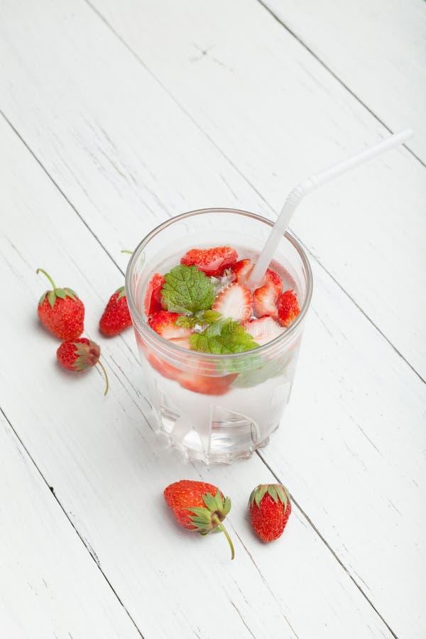 Sommarjordgubbedrink, lemonad f?r ny mintkaramell Mojito vatten arkivbild