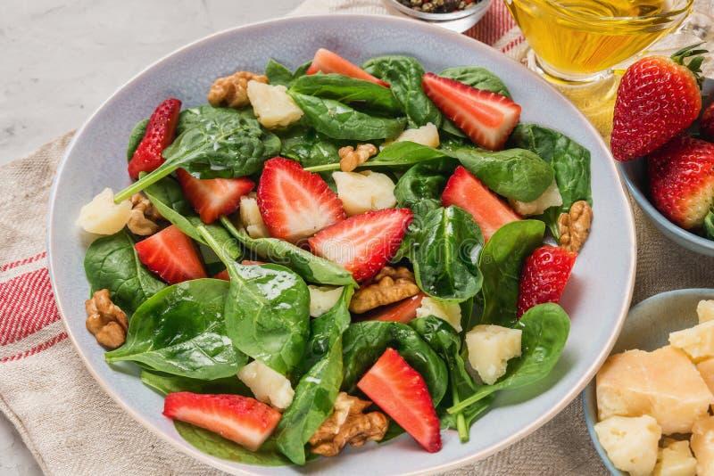 Sommarjordgubbesallad med spenatsidor, parmesanost, olivolja och valnötter sund keto bantar mat fotografering för bildbyråer