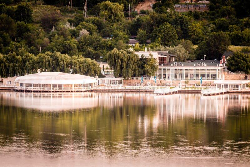 Sommarkväll om sjön Försöker fånga sjön och en restaurang på sjön royaltyfria bilder