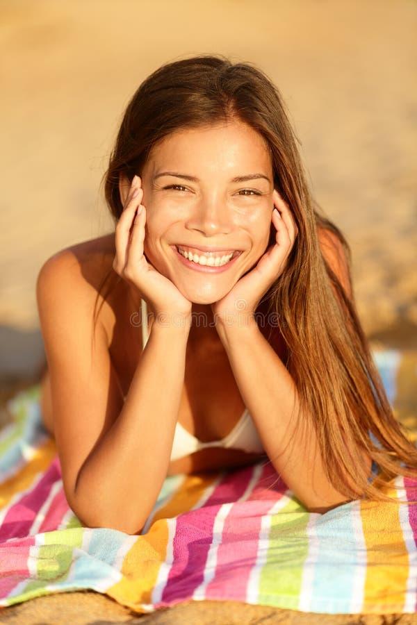 Sommarkvinna som solbadar tycka om att le för sol fotografering för bildbyråer