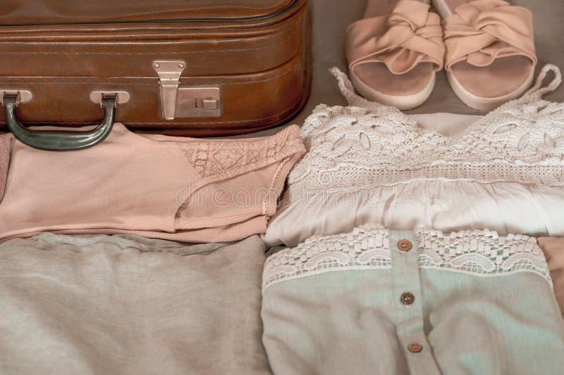 Sommarkvinnor som beklär trevligt vikt för att packas i en resväska Prepareing begrepp f?r loppresv?ska fotografering för bildbyråer