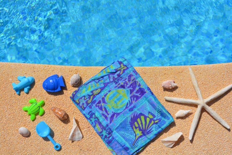 Sommarlägenheten lägger, blåa objekt vid poolsiden, arkivfoton