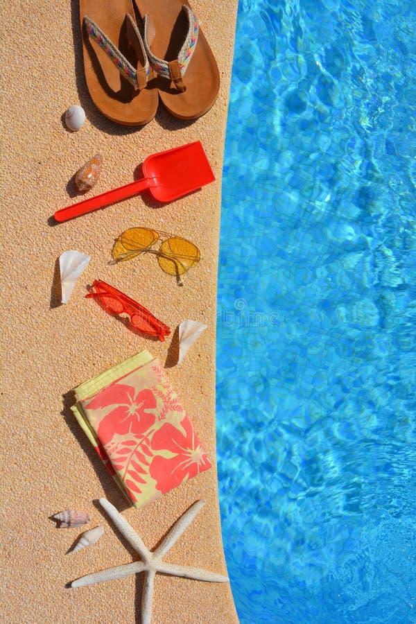 Sommarlägenheten lägger, cothes och tillbehör vid poolsiden, royaltyfri fotografi