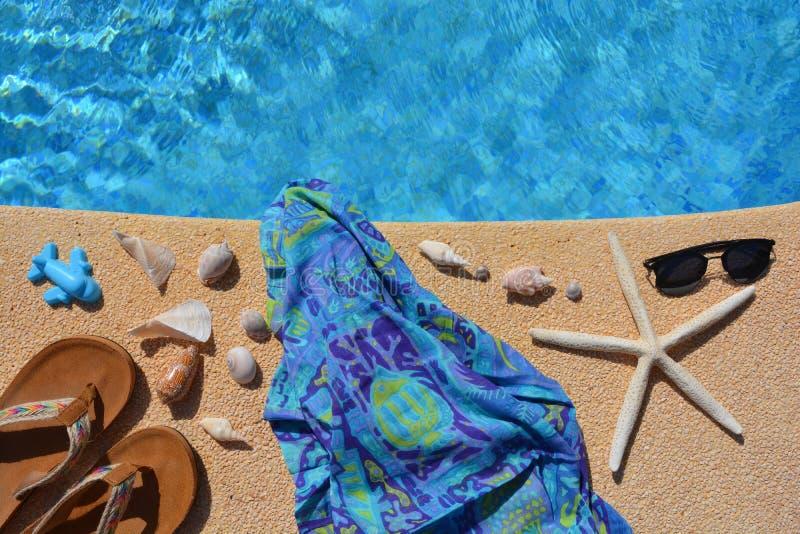 Sommarlägenheten lägger, modetillbehör vid poolsiden, royaltyfri fotografi
