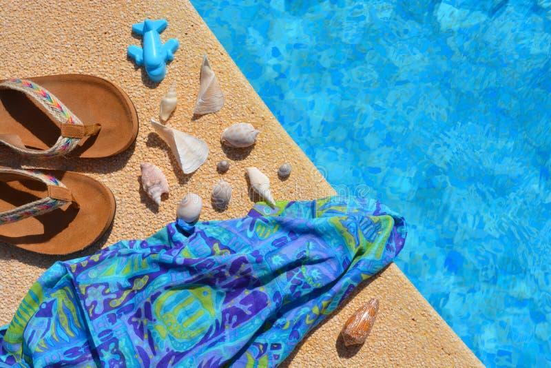 Sommarlägenheten lägger, modetillbehör vid poolsiden, royaltyfri bild