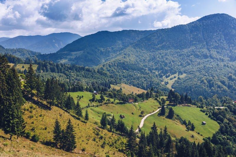 Sommarlandskap för Carpathian berg med blå himmel och moln, arkivfoton