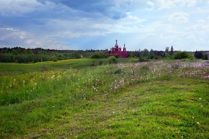 Sommarlandskap med den ryska kyrkan royaltyfri fotografi