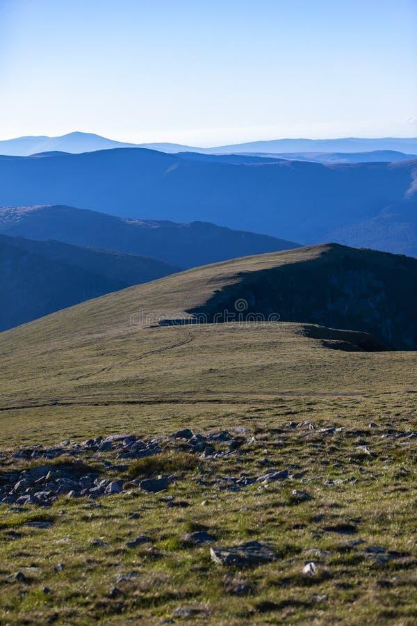 Sommarlandskap med höga berg i en sommardag royaltyfria foton