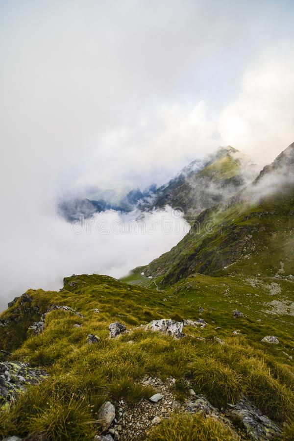 Sommarlandskap med höga berg i en sommardag arkivfoton