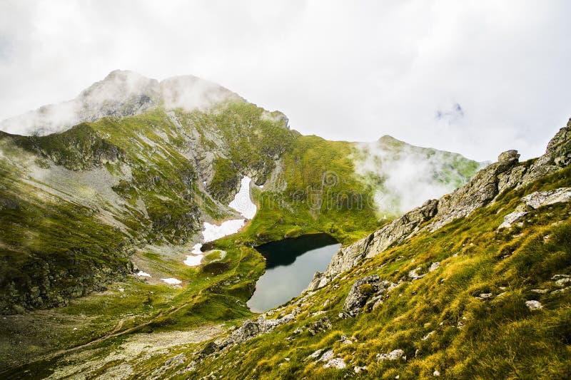 Sommarlandskap med höga berg i en sommardag arkivbilder