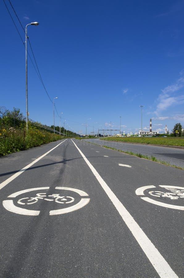 Sommarlandskap med två vägmärkens cykelbana ', royaltyfri bild