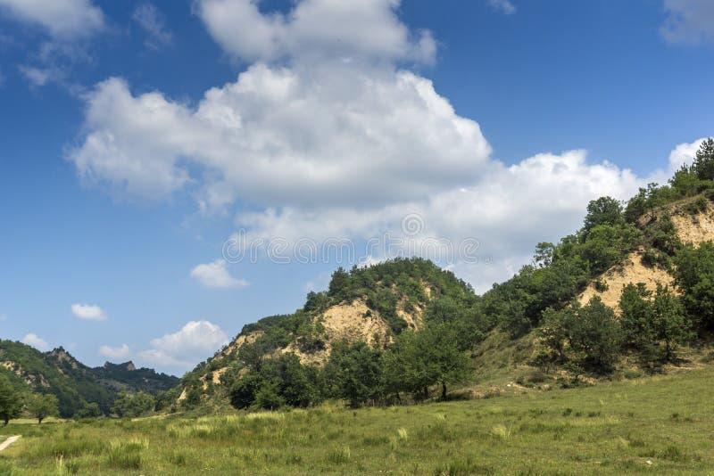 Sommarlandskap nära by av Zlatolist och Melnik sandpyramider, Pirin berg, Bulgarien royaltyfria foton