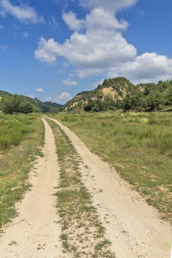 Sommarlandskap nära by av Zlatolist och Melnik sandpyramider, Pirin berg, Bulgarien royaltyfri bild