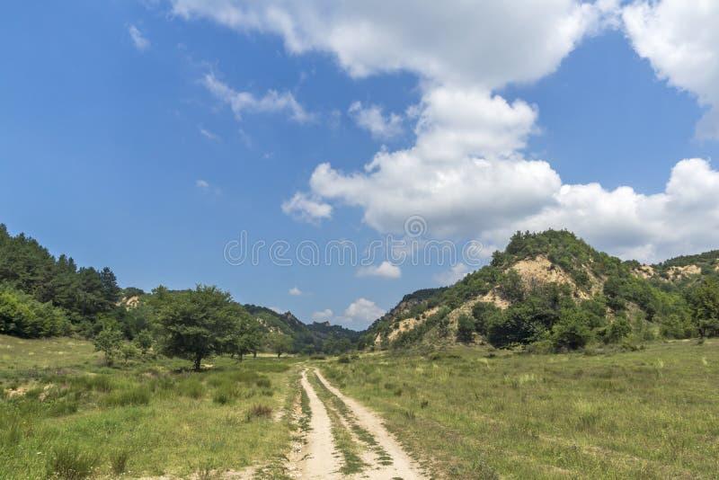Sommarlandskap nära by av Zlatolist och Melnik sandpyramider, Pirin berg, Bulgarien arkivfoto