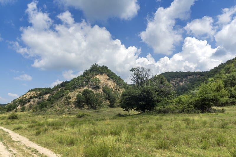 Sommarlandskap nära by av Zlatolist och Melnik sandpyramider, Pirin berg, Bulgarien arkivfoton