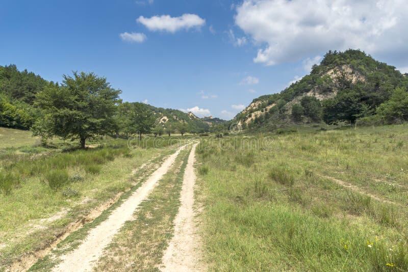 Sommarlandskap nära by av Zlatolist och Melnik sandpyramider, Pirin berg, Bulgarien arkivbilder