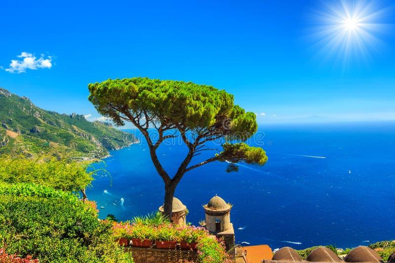 Sommarlandskap och dekorativ trädgård, Ravello, Amalfi kust, Italien, Europa arkivbilder
