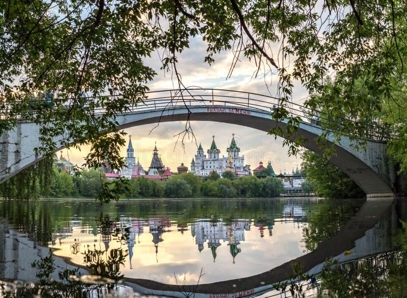 Sommarlandskap som förbiser den Izmaylovsky Kreml royaltyfria bilder