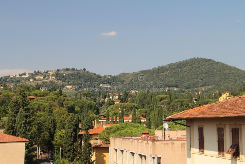 Sommarlandskap som förbiser kullarna av Tuscany royaltyfri bild