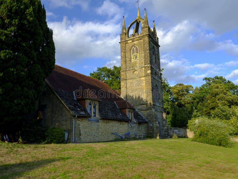Sommarljus f?r den sena eftermiddagen p? all Hallows kyrka p? Tillington bredvid det Petworth godset i s?derna besegrar nationalp fotografering för bildbyråer
