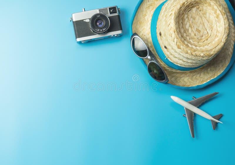 Sommarlopptillbehör på ljusa blått royaltyfri foto