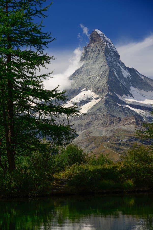 Sommarmorgon på Grindjisee sjön med Matterhorn maximumbackd arkivfoto