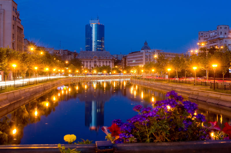 Sommarnatt i Bucharest royaltyfria foton