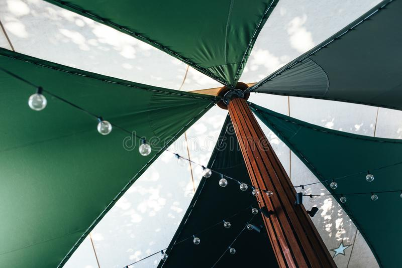 Sommarparaplytält och uteplatsparti fotografering för bildbyråer