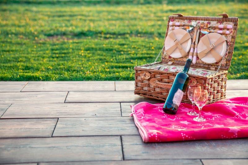 Sommarpicknick på gräset Wine och mat arkivfoto