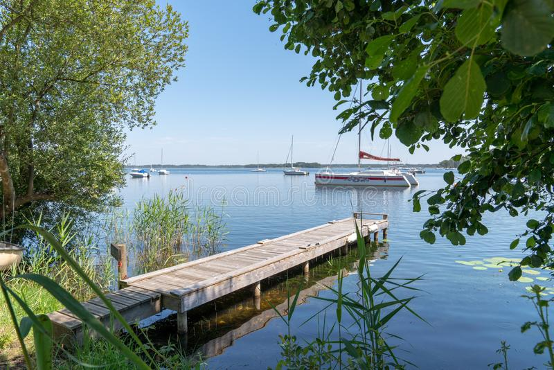 Sommarplats i sjön i Gironde Frankrike i den Lacanau byn med fartyget royaltyfri foto