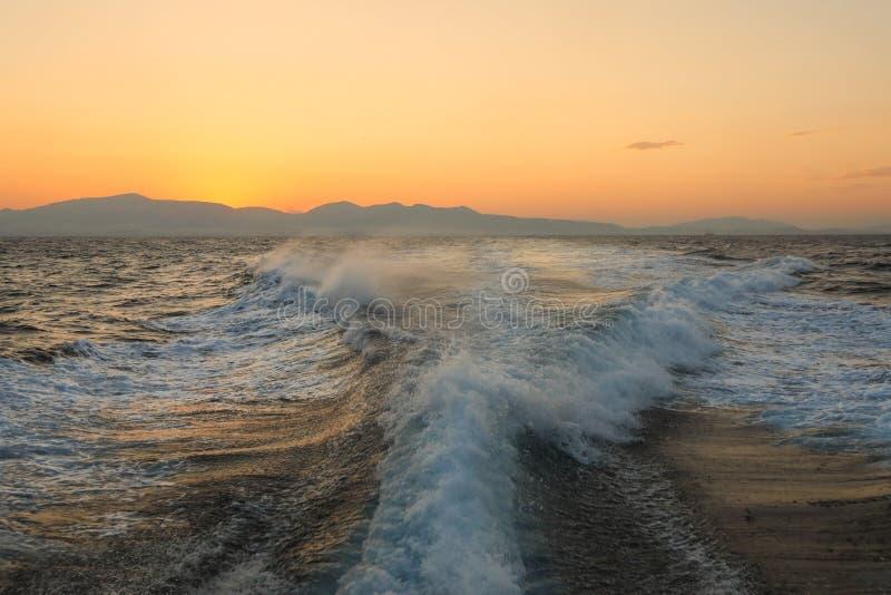 Sommarresa på en yacht i det Aegean havet från det Aegean havet till det Ionian havet, storm av 5 punkter på morgontiden för su royaltyfri bild