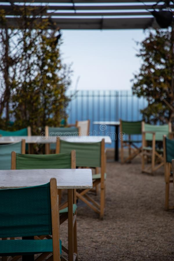 Sommarrestaurangterrass på kust med havssikter arkivfoton
