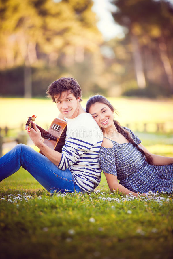 Sommarroman med gitarren fotografering för bildbyråer