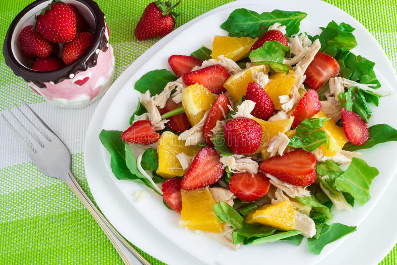 Sommarsallad med jordgubbar, apelsinen och höna på ny gree royaltyfria foton