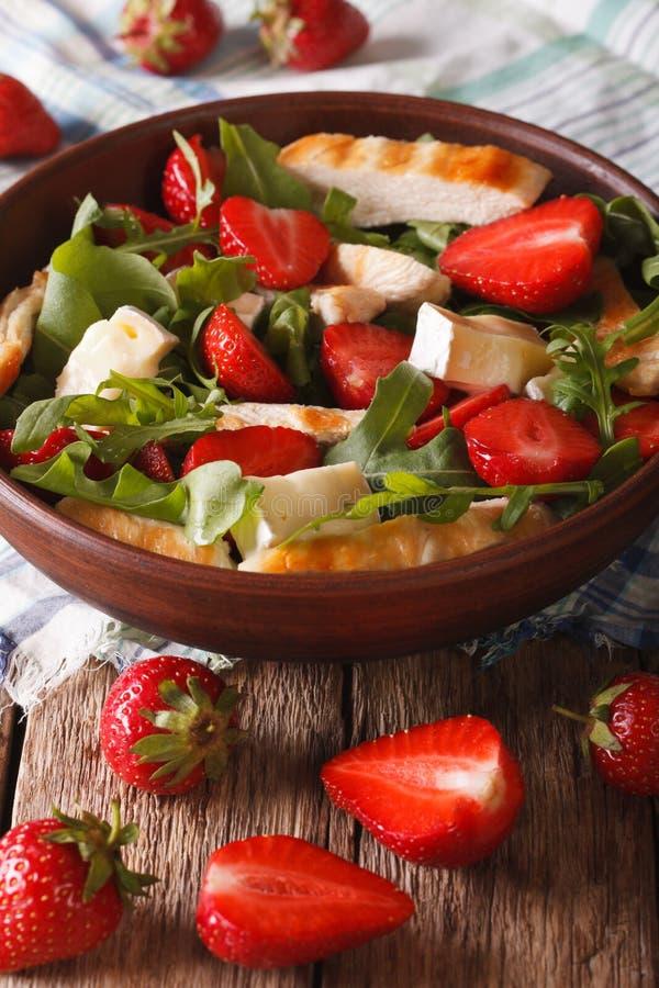 Sommarsallad med jordgubbar, grillad höna, brien och arugul royaltyfria bilder
