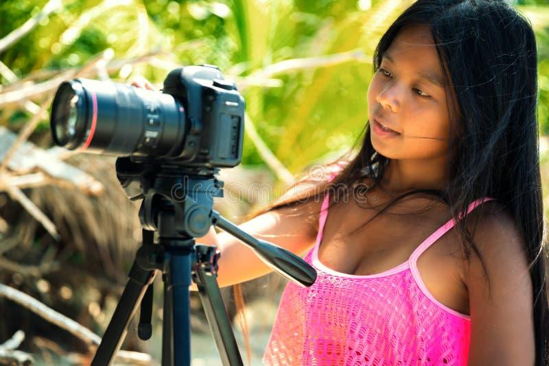 Sommarsemester, lopp- och livsstilbegrepp Kvinnan i bikini gör fotoet av naturlandskap arkivfoto