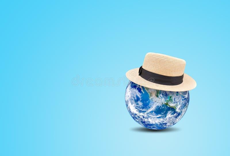 Sommarsemester och feriebegrepp: Blå hatt för väv för kläder för planetjordjordklot på blå bakgrund stock illustrationer