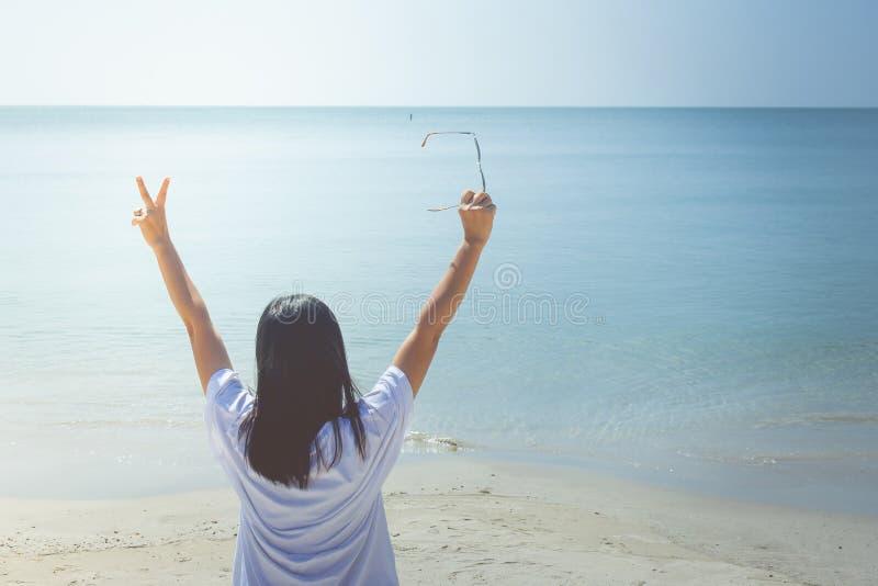 Sommarsemester och feriebegrepp: Den lyckliga familjdagsutflykten på havet, kvinnaanseende kopplar av på sandstranden royaltyfri fotografi
