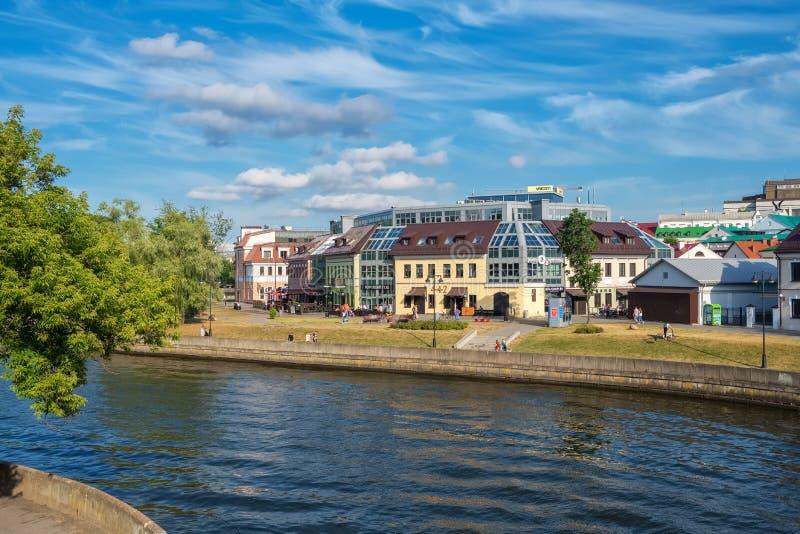 Sommarsikt av den berömda Zybickaja gatan och Svisloch floden i det Minsk centret, Vitryssland arkivbilder