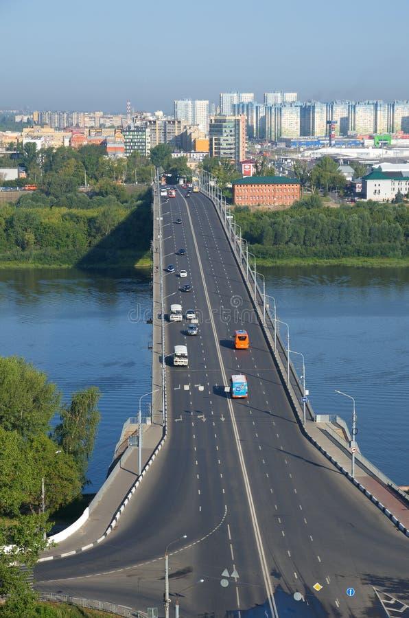 Sommarsikt av den Kanavinsky bron i Nizhny Novgorod, Ryssland arkivfoto