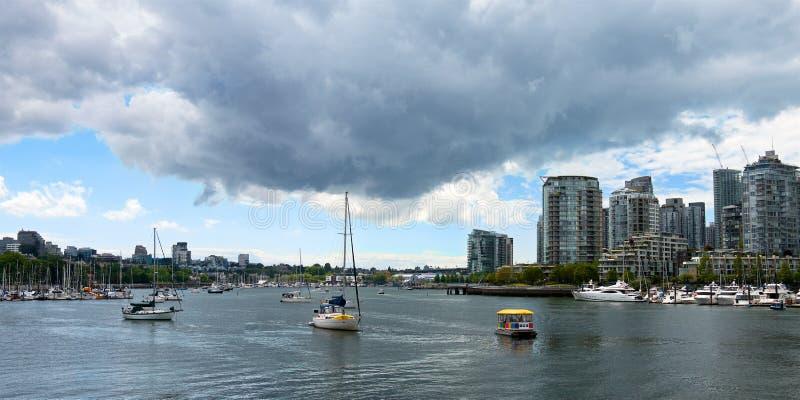 Sommarsikt av den Vancouver staden och fjärden med yachter med åskmoln royaltyfri fotografi