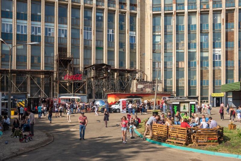 Sommarsikten av det ber?mda alternativa st?llet kallade Pesochnica i Minsk, Vitryssland royaltyfria foton