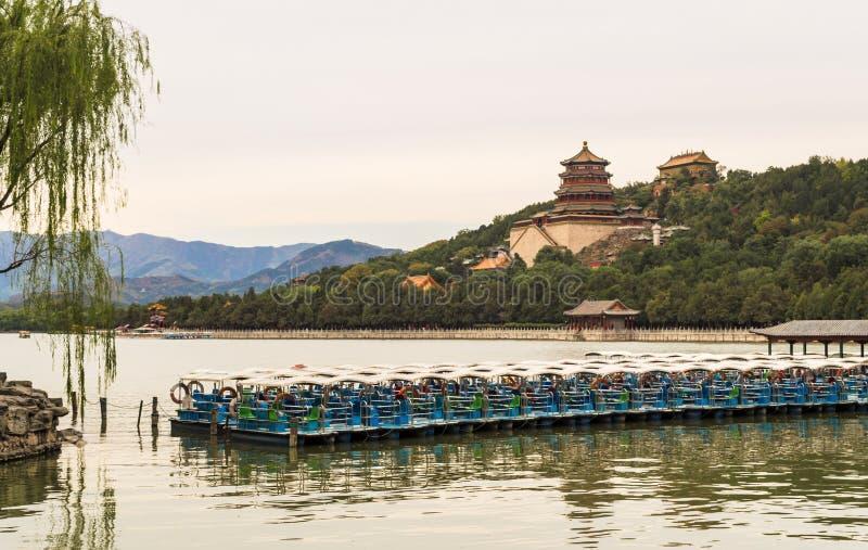 Sommarslott av kejsare från dynastier av forntiden med sikten på sjön, Peking, Kina arkivbild