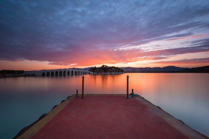 Sommarslotten på solnedgången royaltyfri foto