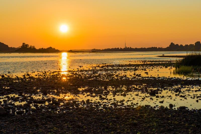 Sommarsolnedgång över Daugavafloden, Riga Lettland royaltyfria bilder