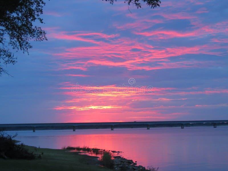 Sommarsolnedgång över sjön Texoma arkivfoto
