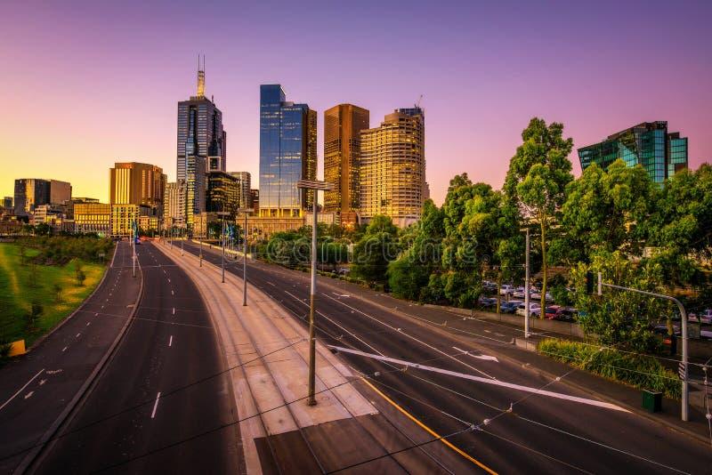Sommarsolnedgång ovanför Melbourne royaltyfri bild