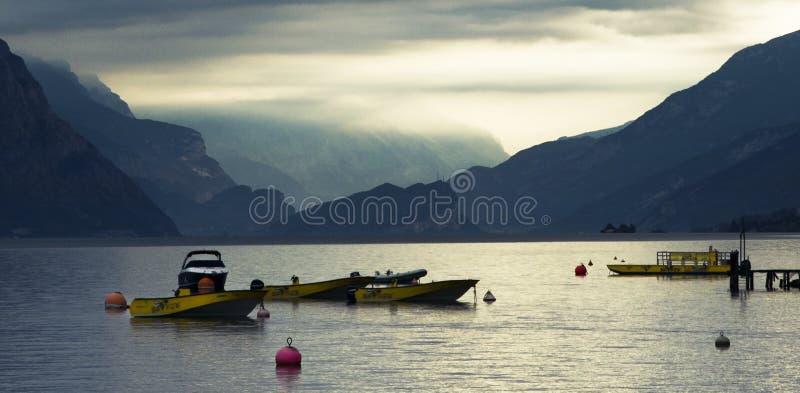 Sommarsolnedgång på en lugna dag på Garda sjön arkivbilder