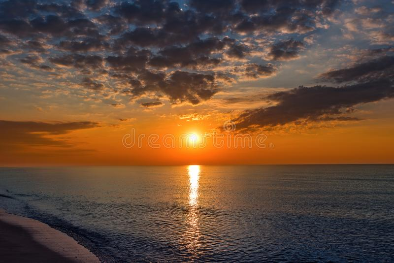 Sommarsolnedgång på stranden royaltyfri foto